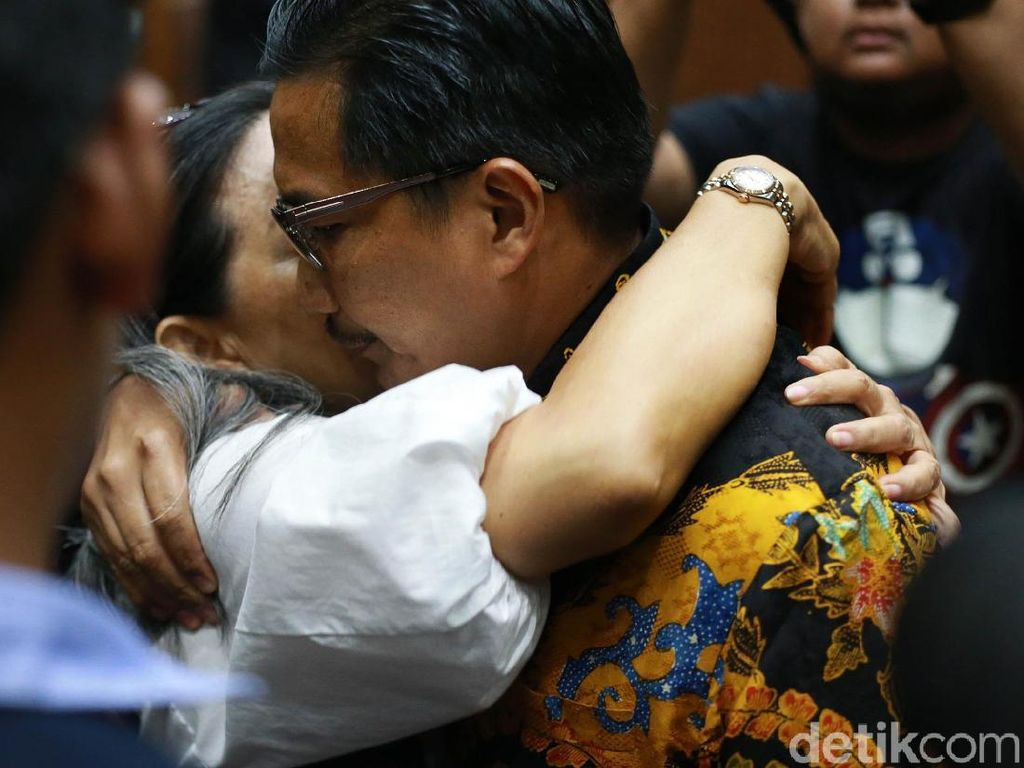 Dituntut 7 Tahun Penjara, Bowo Sidik Dipeluk Keluarga