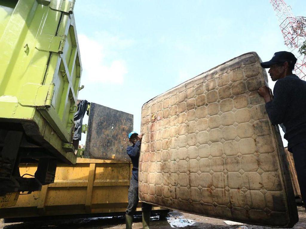 Hujan Pertama Bandung, Wawali: Sampah di Sungai Luar Biasa, Ada Kasur