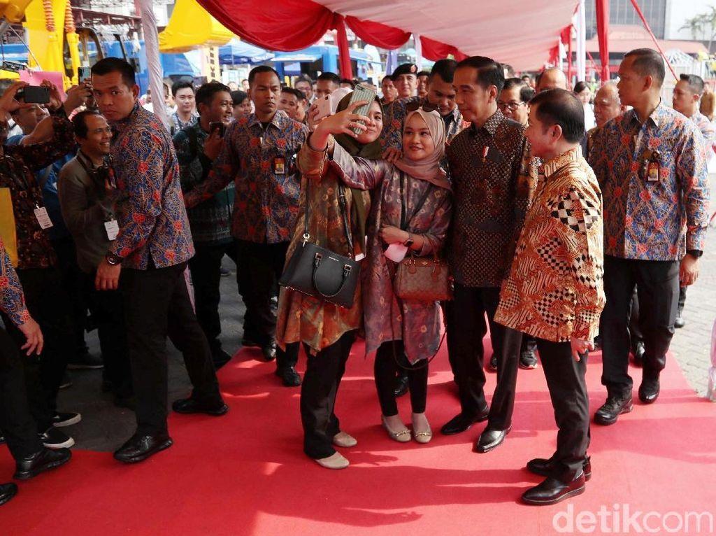 Momen Jokowi Foto Bareng Warga Saat Hadiri Pameran Konstruksi