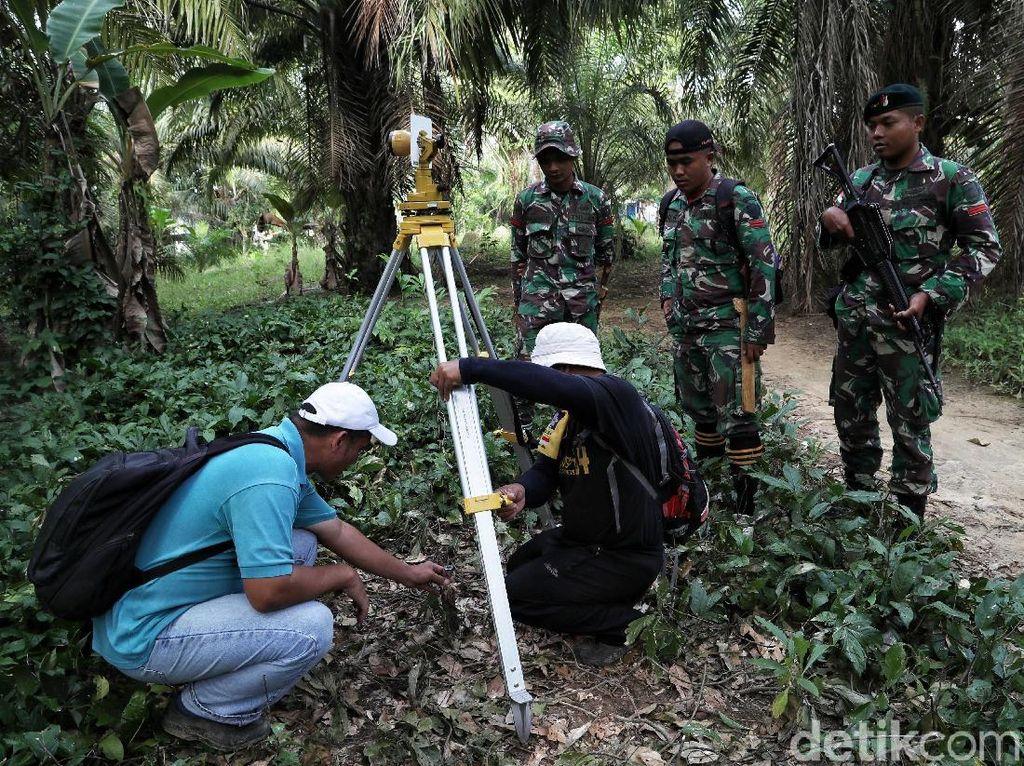 TNI Kawal Pengukuran Patok Batas Negara di Desa Aji Kuning