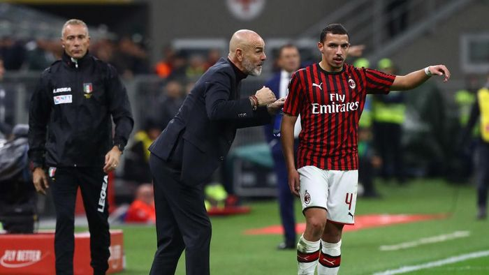 MILAN, ITALY - OCTOBER 31:  AC Milan coach Stefano Pioli issues instructions to his player Ismael Bennacer during the Serie A match between AC Milan and SPAL at Stadio Giuseppe Meazza on October 31, 2019 in Milan, Italy.  (Photo by Marco Luzzani/Getty Images)