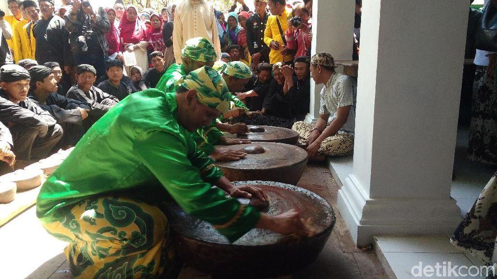 Foto: Berharap Berkah Air Cucian Gamelan Keraton Cirebon