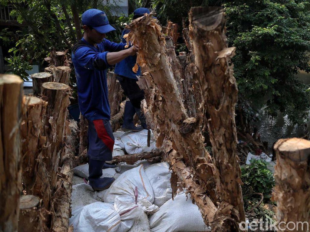 Tanggul Buatan jadi Benteng Kampung Rawajati dari Banjir