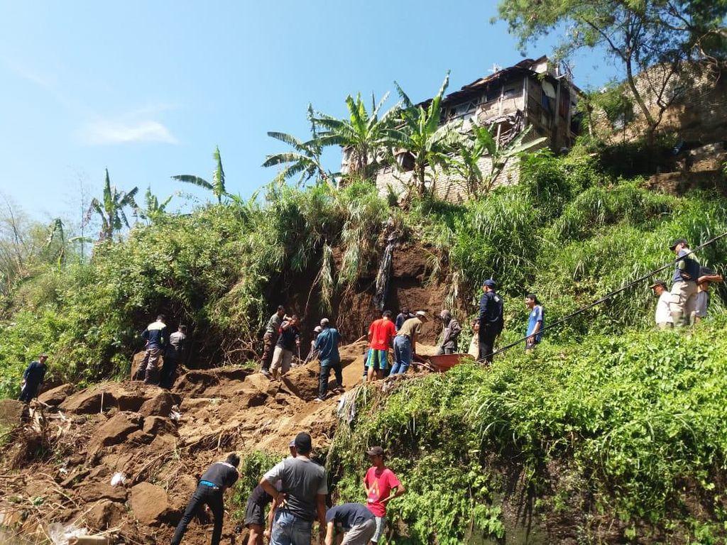Jalan Desa Ciwaruga Bandung Barat Putus Tertimbun Longsor