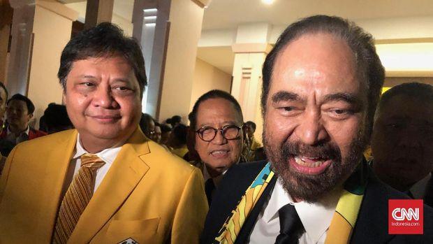 Ketua Umum Partai Golkar Airlangga Hartanto (kiri) dan Ketum Nasdem Surya Paloh Usai gelaran HUT Golkar di Jakarta, Rabu (8/11)