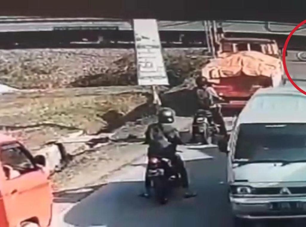Hati-hati Lewat Perlintasan Kereta Tanpa Palang, Jangan Seperti di Video Ini