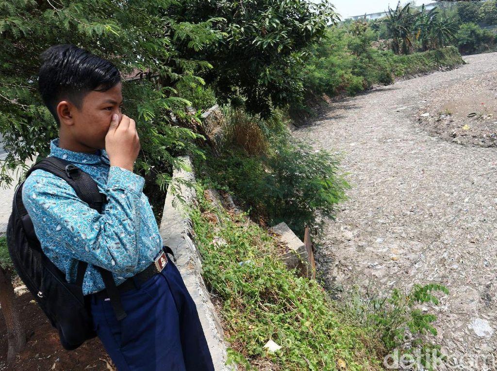Potret Jorok Hamparan Sampah di Kali Jambe Bekasi