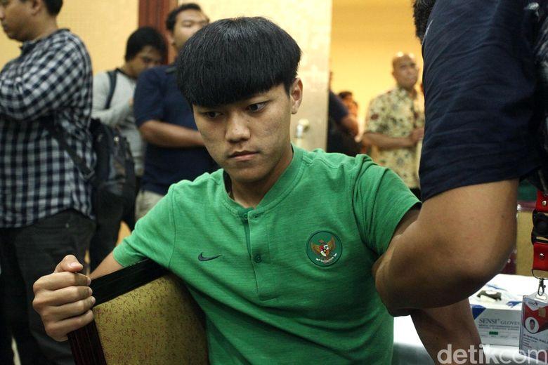 Begini salah satu ekspresi pemain Timnas Indonesia U-23 saat jalani suntik vaksin di Hotel Sultan, Jakarta, Jumat (8/11/2019).