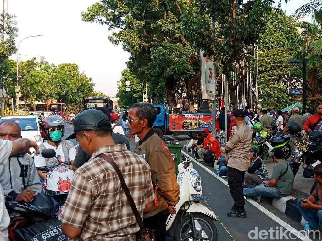 Demo di Depan Balai Kota, Massa Protes Transparansi Anggaran-IMB Reklamasi