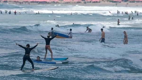 Image result for gambar Kebiasan Turis China di Bali: Suka Main Air dan Foya-foya