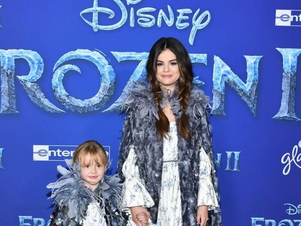 Cute! Selena Gomez dan Adik Kembaran Jadi Ice Princess di Premier Frozen 2