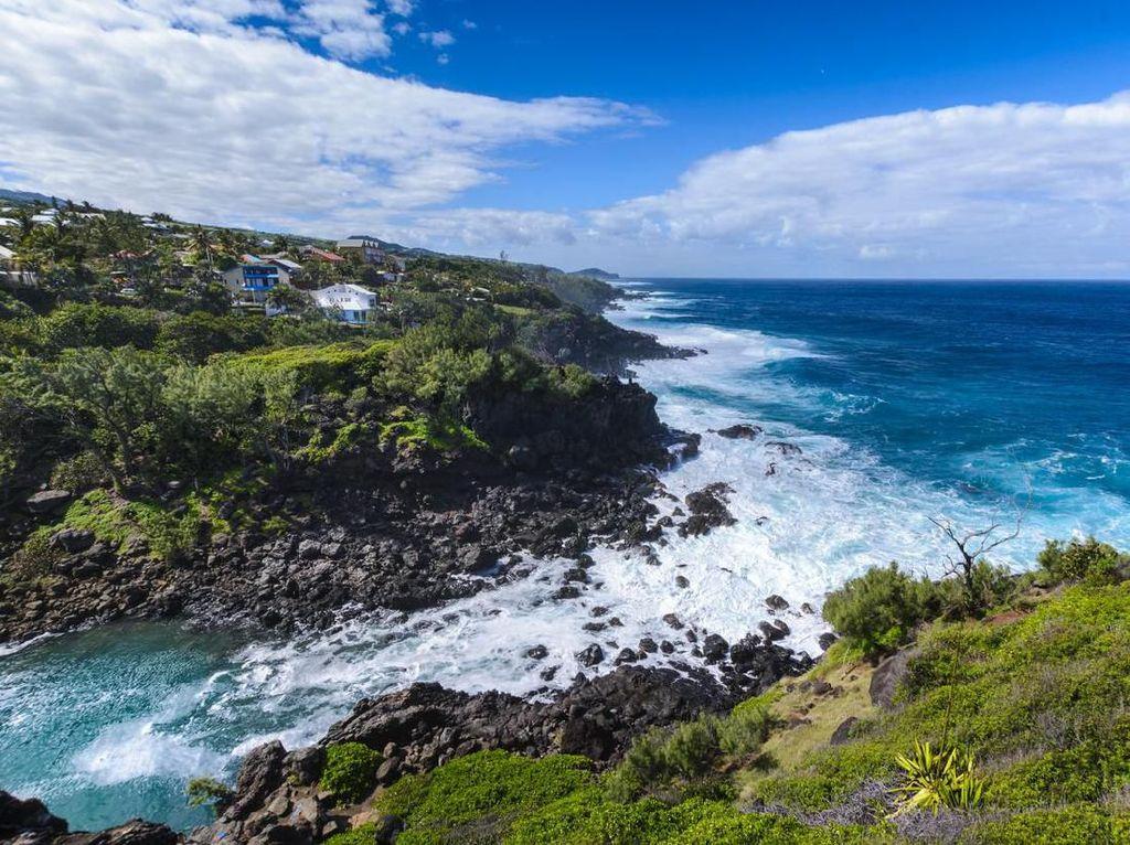 Pulau Cantik tapi Banyak Hiu, Turis Dilarang Berenang!