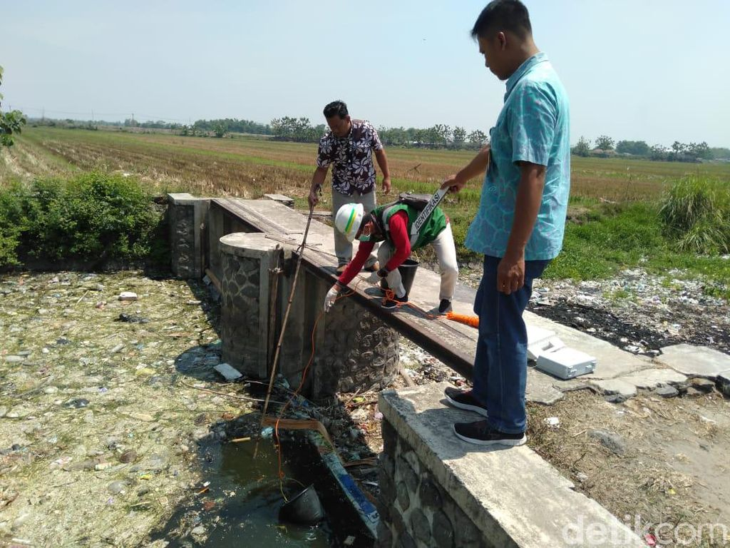 DLH Mojokerto Ambil Sampel Air Sungai Ledeng Cek Tingkat Pencemarannya