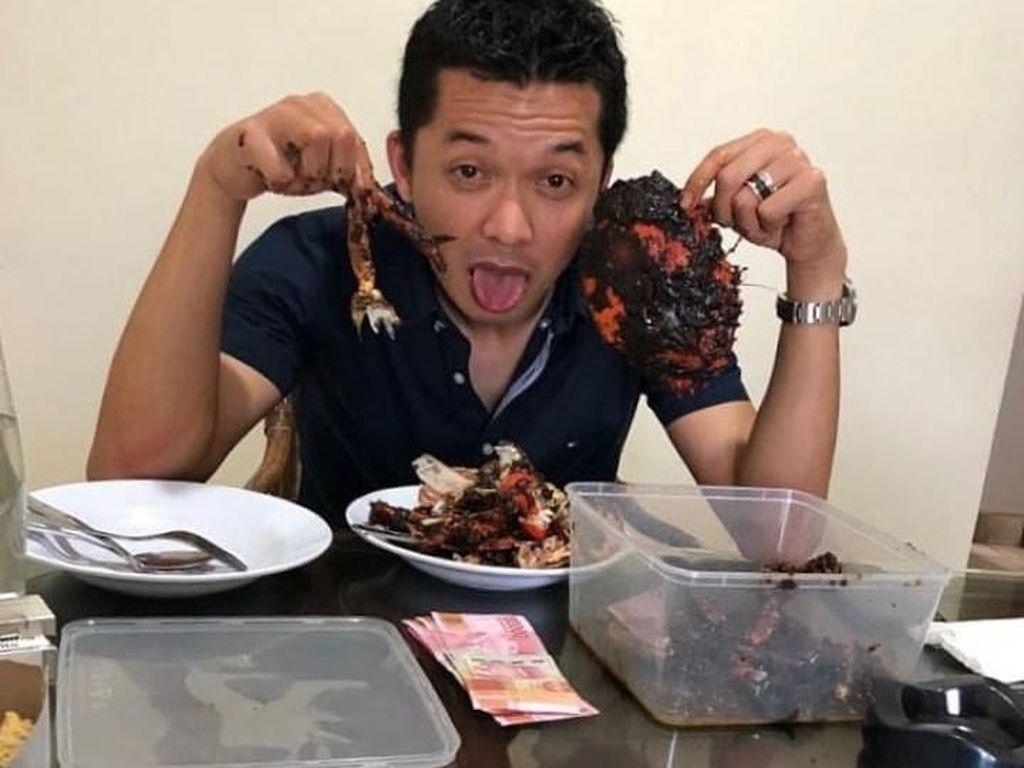 Begini Keseruan Taufik Hidayat Saat Kulineran Seafood