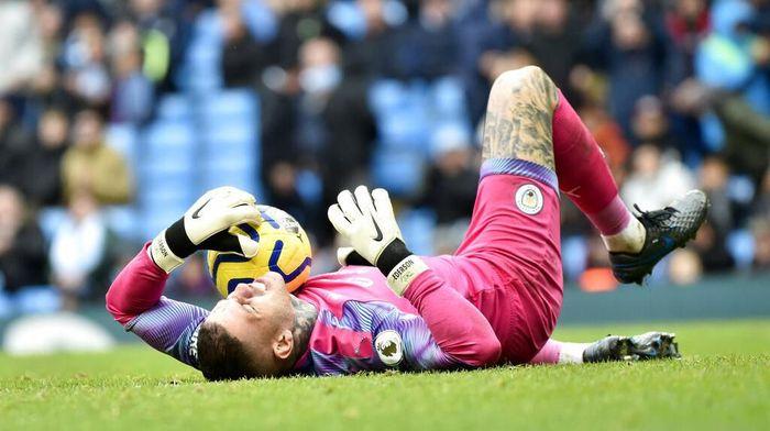 Ederson mesti absen memperkuat Manchester City saat melawat ke Liverpool. (Foto: Rui Vieira/ AP Photo)