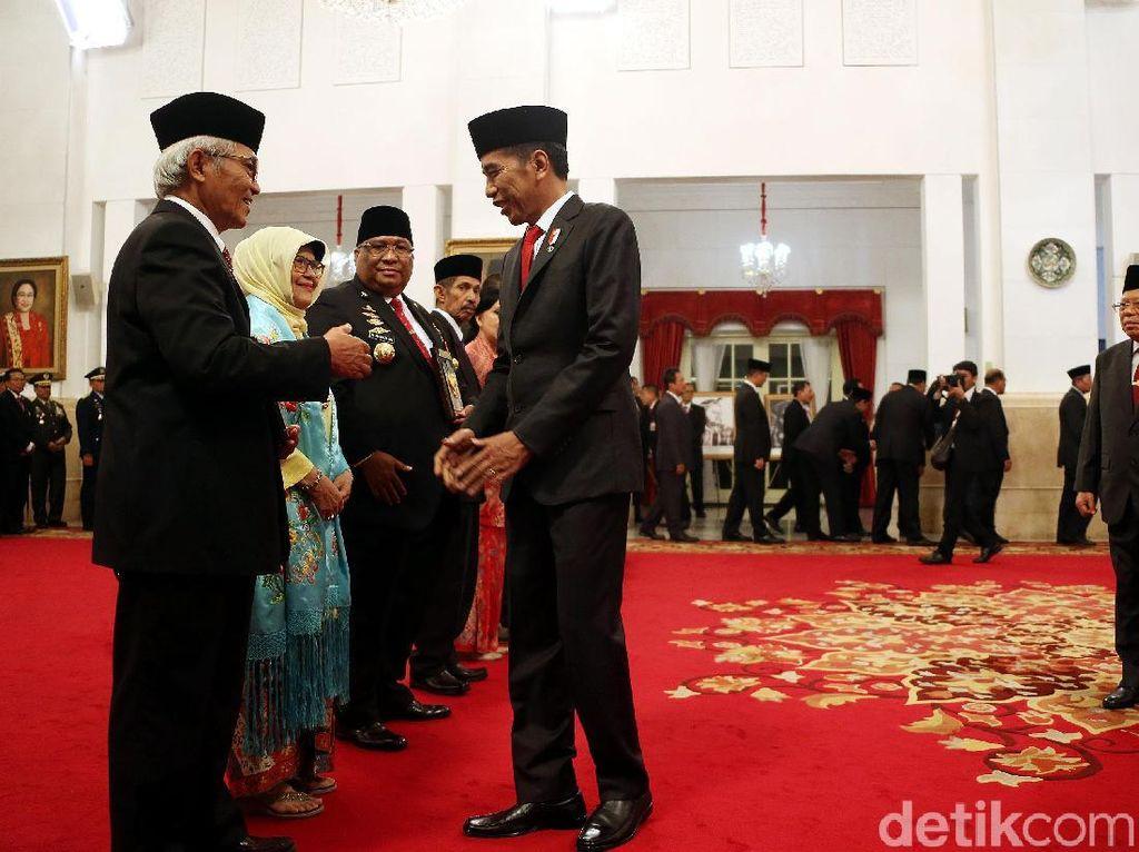 Jokowi Berikan 6 Tokoh Gelar Pahlawan Nasional