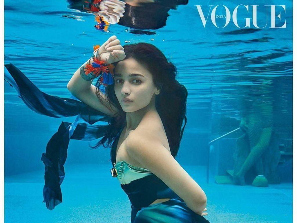 Gaya Artis Bollywood Dikritik karena Pose Seksi di Bawah Air untuk Majalah