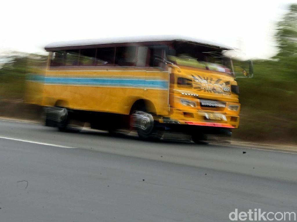 Potret Bus Kayu Antik, Andalan Transportasi Wisata di Karimun