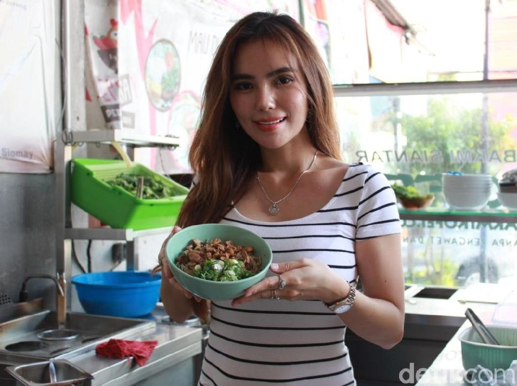Cerita Cici Lina, Penjual Bakmi Kofei yang Cantik dan Seksi