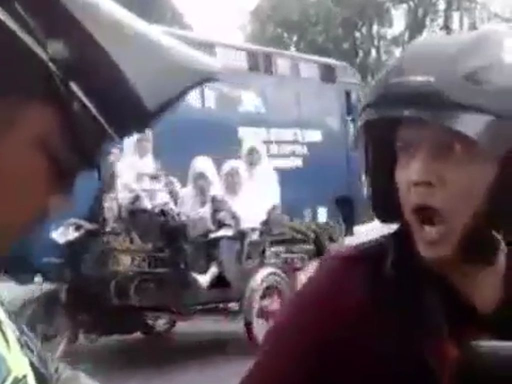Ditilang Polisi, Pemotor Ini Malah Ngegas