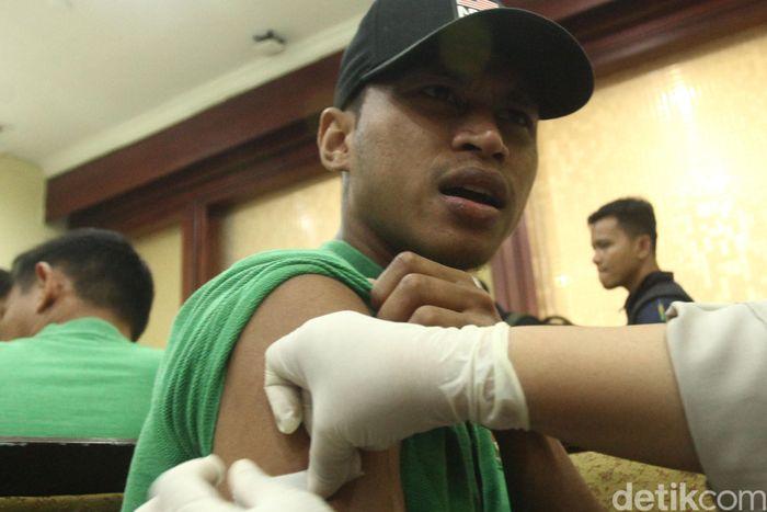 Virus polio yang melanda Filipina mewajibkan punggawa Timnas mempersiapkan diri dengan menyuntik vaksin.
