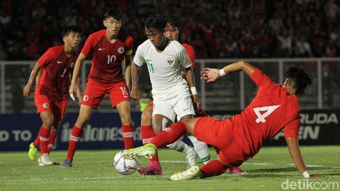 Pemain Timnas Indonesia Mochammad Supriadi coba melewati kepungan pemain Hong Kong U-19 di Stadion Madya, Senayan, Jumat (8/11/2019). (Foto: Rifkianto Nugroho/detikSport)