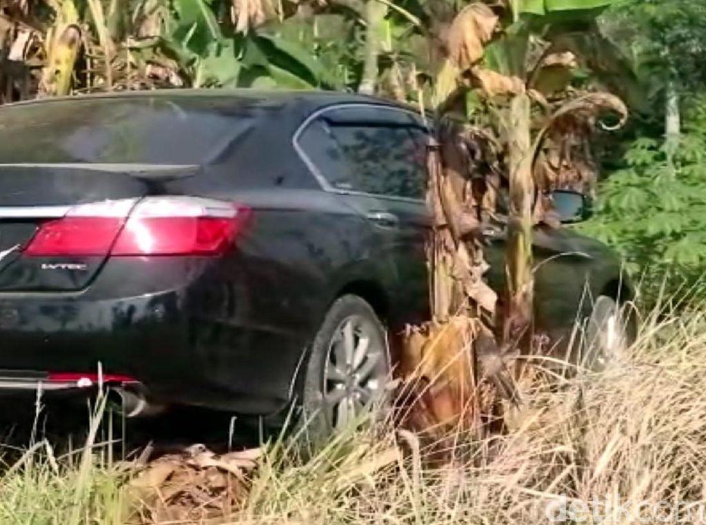 Polisi Amankan Sopir Sedan yang Nyelonong ke Kebun Warga