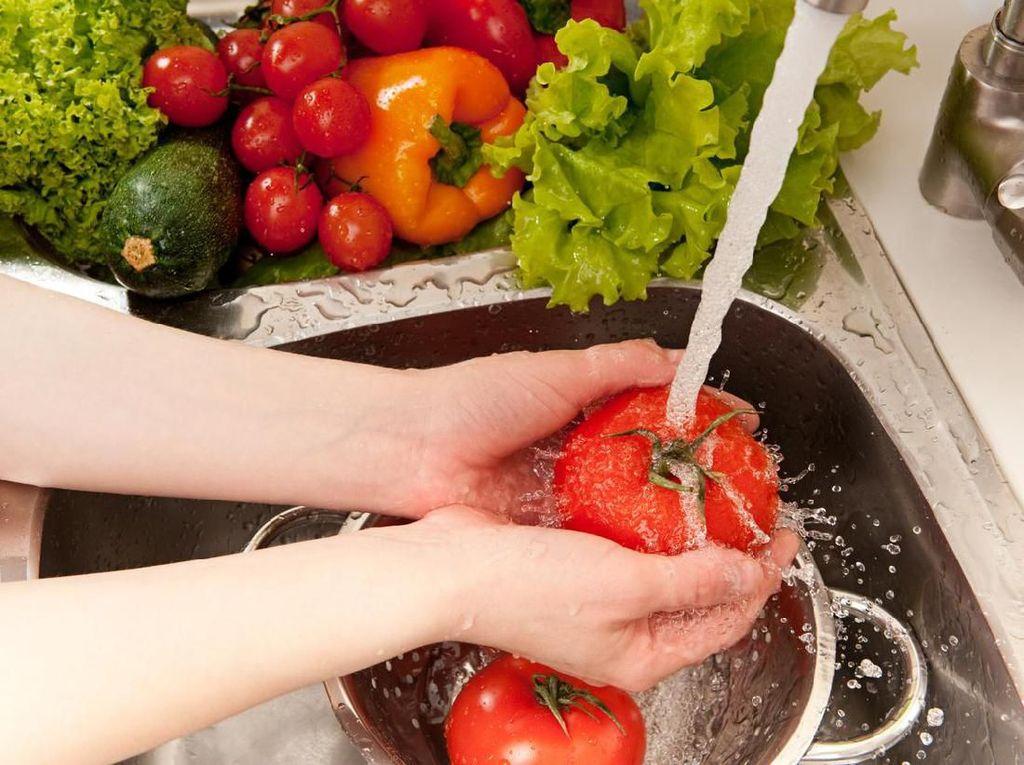 Virus Corona Bisa Nempel di Sayur dan Buah, Ini Cara Mencucinya Kata Pakar