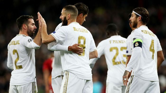 MADRID, SPAIN - NOVEMBER 06: Karim Benzema of Real Madrid celebrates with Daniel Carvajal after scoring his teams fourth goal during the UEFA Champions League group A match between Real Madrid and Galatasaray at Bernabeu on November 06, 2019 in Madrid, Spain. (Photo by Angel Martinez/Getty Images)