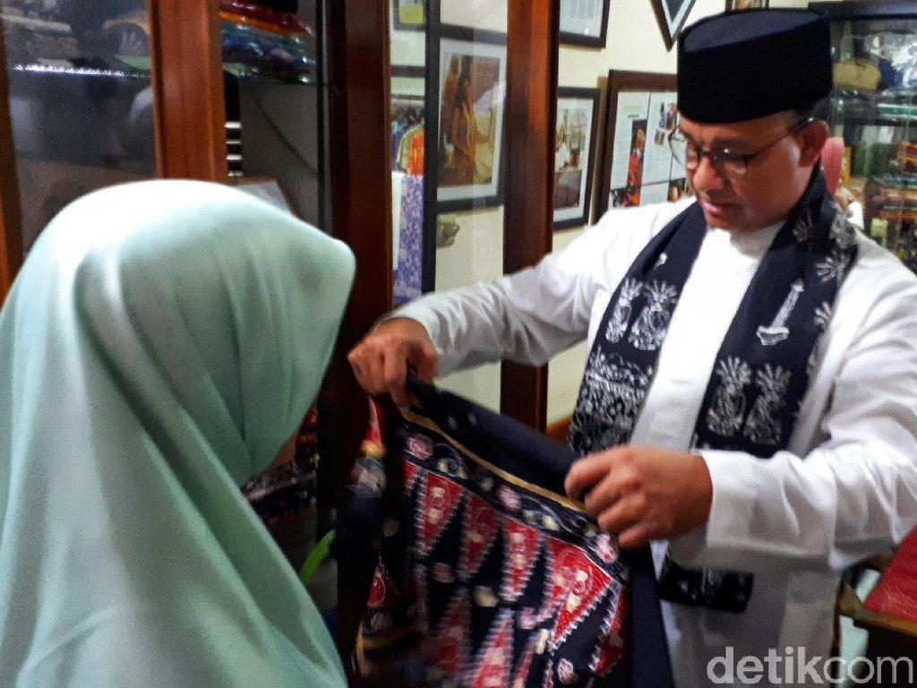 Datangi Acara Maulid, Anies Sekalian Belanja Batik Betawi