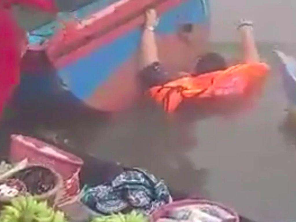 Viral Wisatawan Kecebur Sungai di Pasar Terapung Banjarmasin