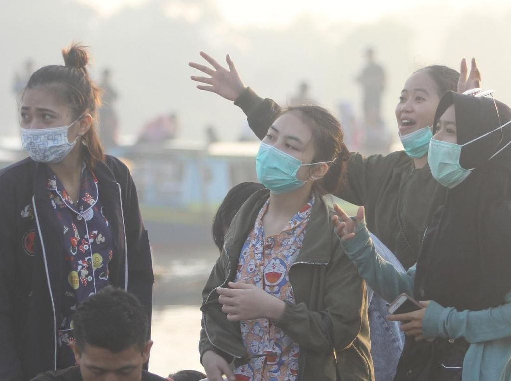 Potret Warga Kalimantan Selatan Beraktivitas di Tengah Kabut Asap