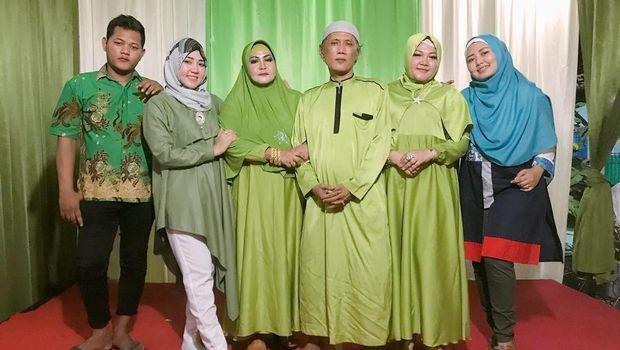 Via Vallen dan keluarga