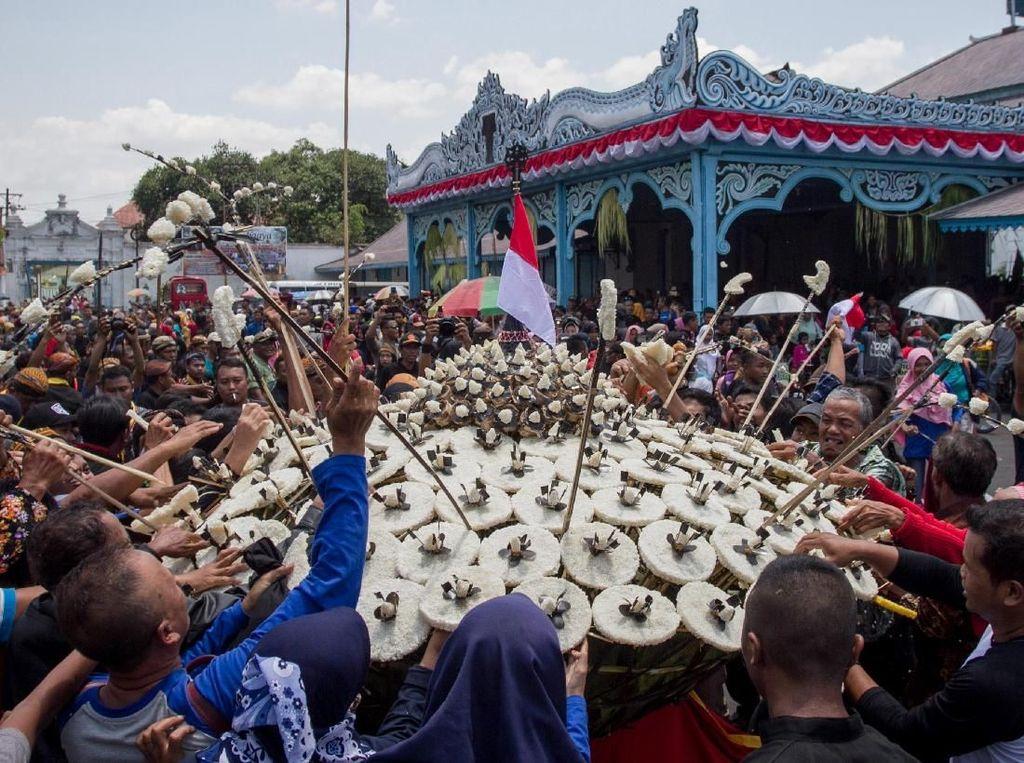 Antusias Warga Berebut Gunungan di Grebeg Mulud Keraton Surakarta