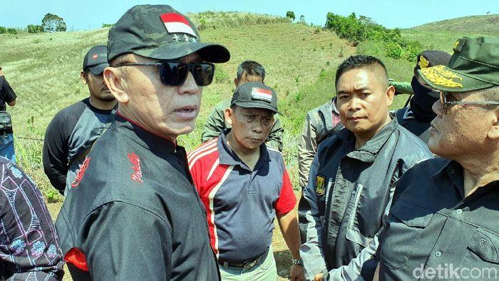 Iwan Bule (kiri) meninjau calon lokasi Soccer Camp PSSI di Cikidang, Sukabumi. (Foto: Syahdan Alamsyah/detikSport)