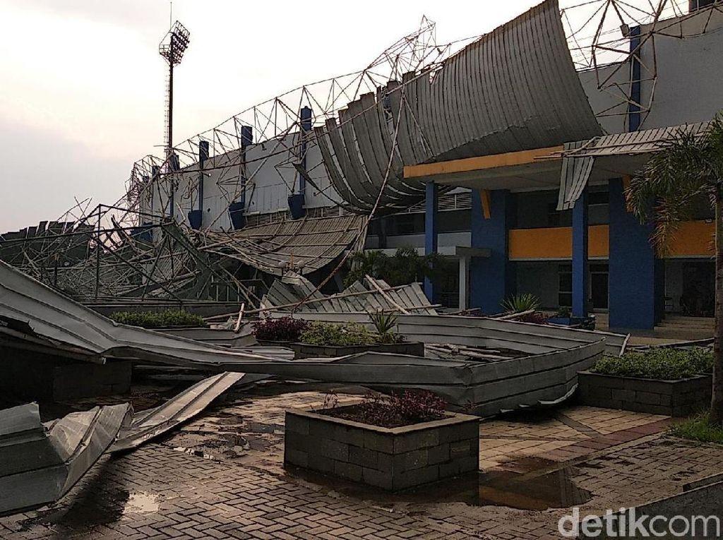 Atap Stadion Bola di SOR Arcamanik Porak-poranda Diterjang Angin