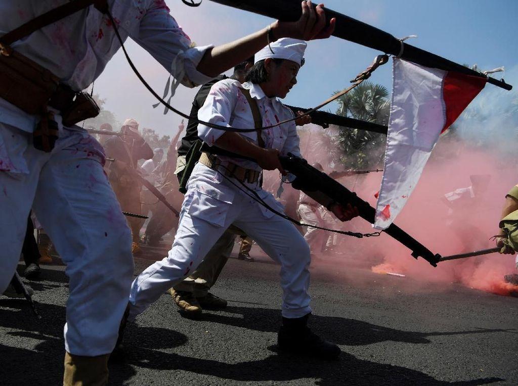 Aksi Teatrikal Mengusir Penjajah Ramaikan Parade Juang di Surabaya