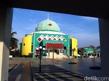 Pesona Masjid Agung Karimun di Tapal Batas Indonesia