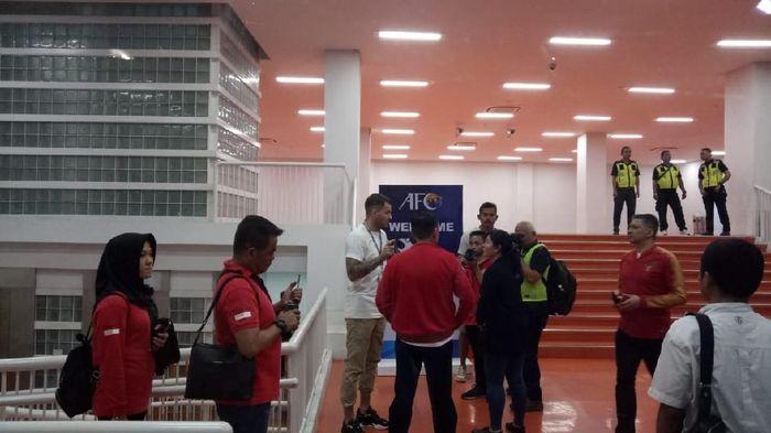 Simon McMenemy bertemu Ketum PSSI Iwan Bule usai laga timnas U-19 vs Korea Utara. (Foto: Randy Prasatya / detiksport)