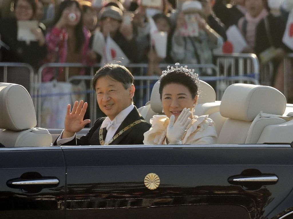 Momen Kaisar Jepang Sapa Warga dari Toyota Century
