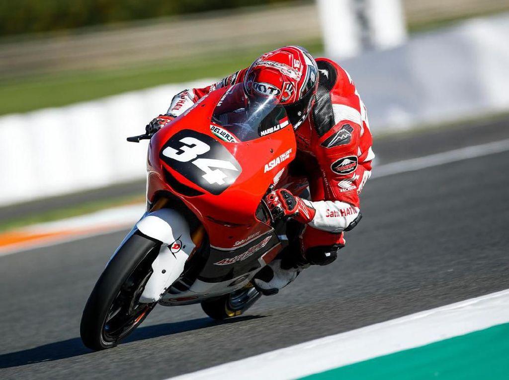 Aksi Pebalap 15 Tahun Indonesia di CEV Moto2 Valencia