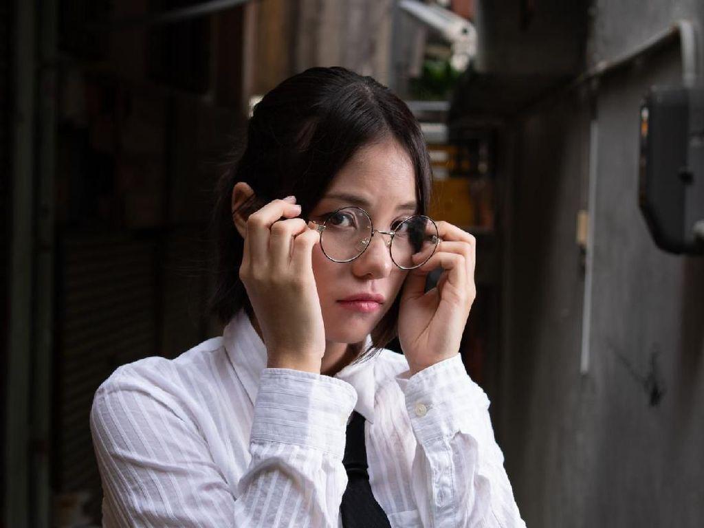 Wanita Jepang Protes Gara-gara Larangan Pakai Kacamata di Kantor