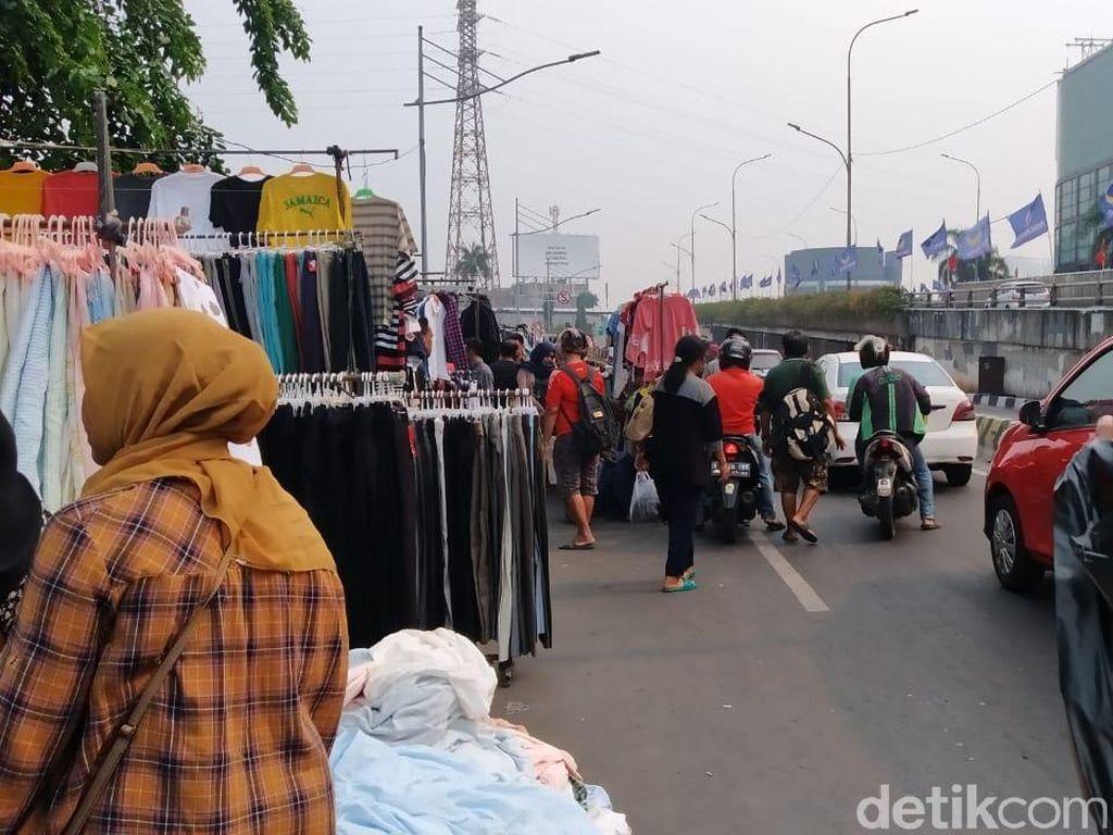 PKL Baju Bekas di Senen Terpaksa Dagang di Jalanan karena Tak Ada Lahan