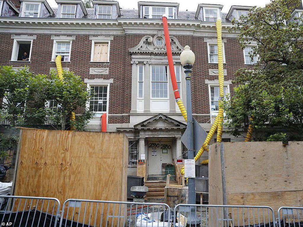 Mengintip Renovasi Rumah Orang Terkaya yang Kamar Mandinya 25