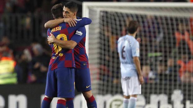 Barcelona's Luis Suarez, right, hugs Barcelona's Lionel Messi after a Spanish La Liga soccer match between Barcelona and Celta at Camp Nou stadium in Barcelona, Saturday, Nov. 9, 2019. (AP Photo/Joan Monfort)