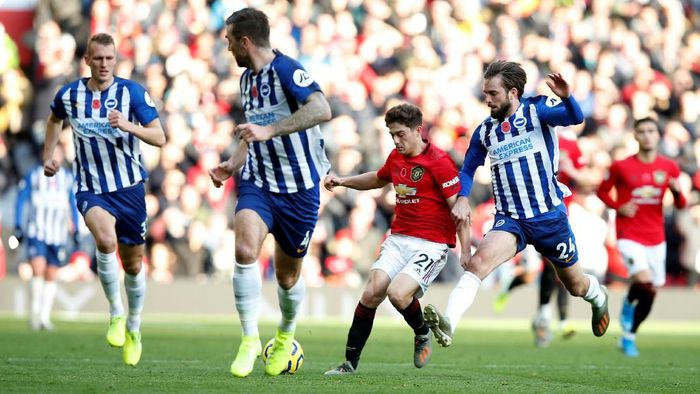 Soccer Football - Premier League - Manchester United v Brighton & Hove Albion - Old Trafford, Manchester, Britain - November 10, 2019  Manchester Uniteds Daniel James in action with Brighton and Hove Albions Davy Propper    REUTERS/Andrew Yates  EDITORIAL USE ONLY. No use with unauthorized audio, video, data, fixture lists, club/league logos or