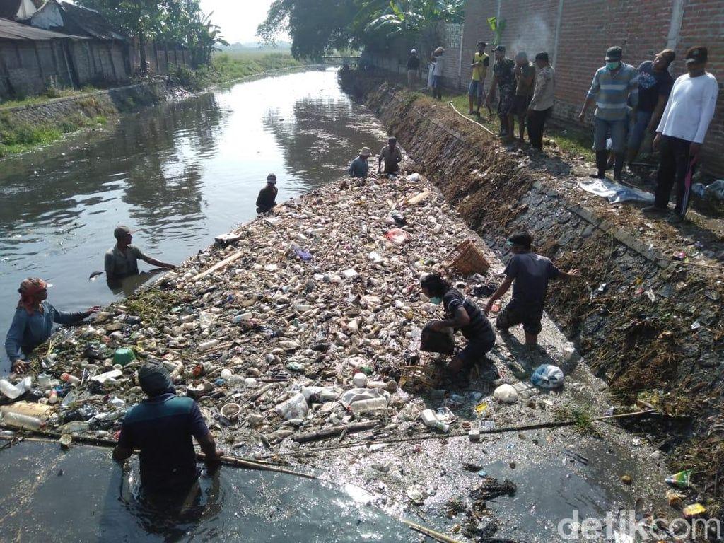 Hore, Sungai Ledeng yang Penuh Sampah dan Limbah Akhirnya Dibersihkan