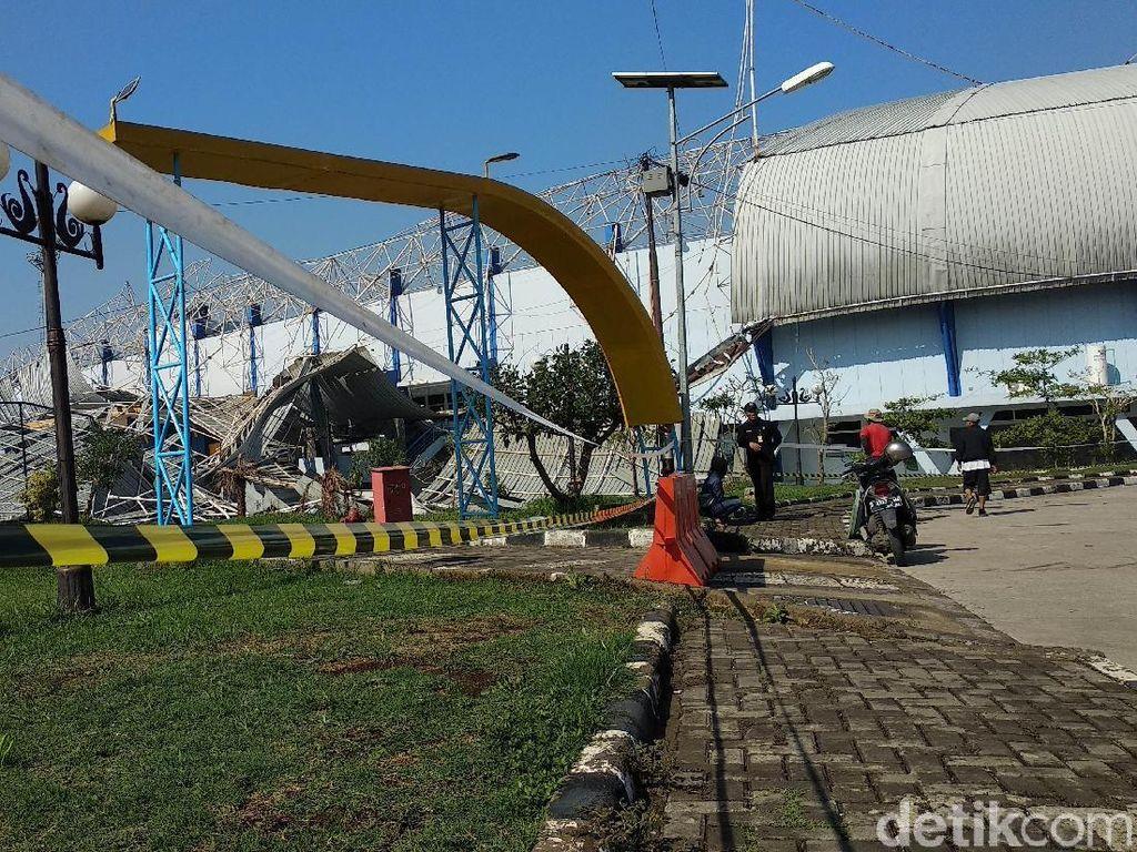 Warga Berolahraga di SOR Arcamanik Dilarang Dekati Reruntuhan Stadion