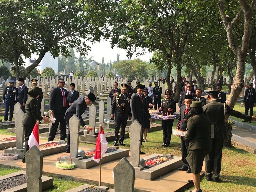 Usai Upacara, Jokowi-Maruf Tabur Bunga Hari Pahlawan