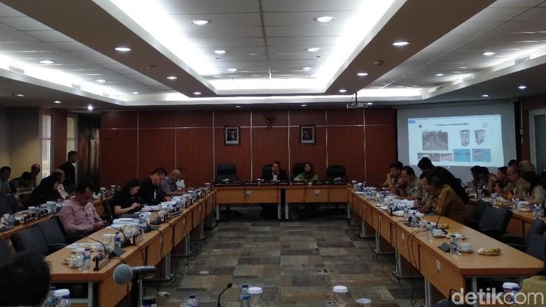 dprd-dki-heran-rencana-anies-tata-pkl-tak-ada-di-program-revitalisasi-trotoar